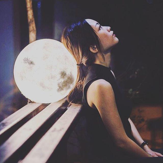 Que en esta noche la luz de la luna te lleve a soñar y encontrar  el lugar que deseas para ti... Soñar con que tienes permiso para ser feliz y para disfrutar de verdad tu vida.  Soñar  con que vives libre de conflictos contigo mismo y con los demás. Soñar con que no tienes miedo de expresar tus anhelos. Sabes que quieres, cuando lo quieres y que no quieres. Pero, no te quedes en esos sueños tienes libertad para cambiar tu vida y hacer que sea como tú quieras. No temas pedir lo que necesitas…