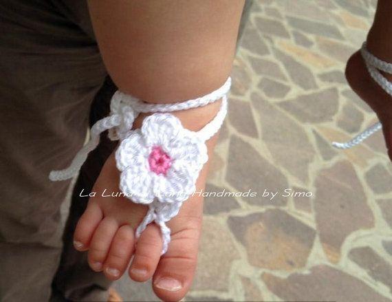 Sandali a piedi nudi per neonata fatti ad uncinetto