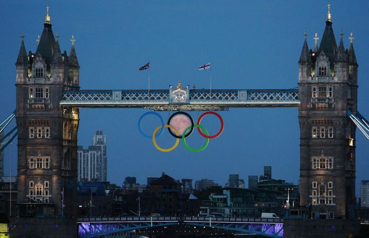 Anneaux des Jeux Olympiques et Lune