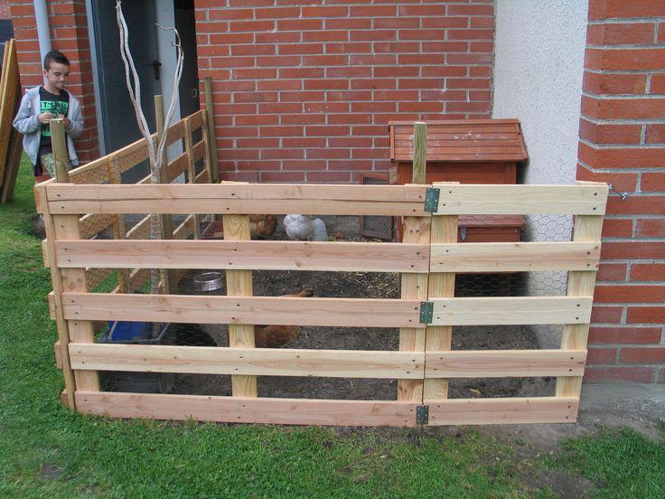 un enclos pour les poules fabriqué à partir de palettes