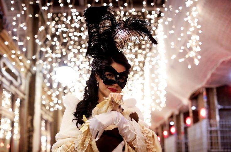In Venedig ist Maskenball: Eine verkleidete Frau posiert während der...