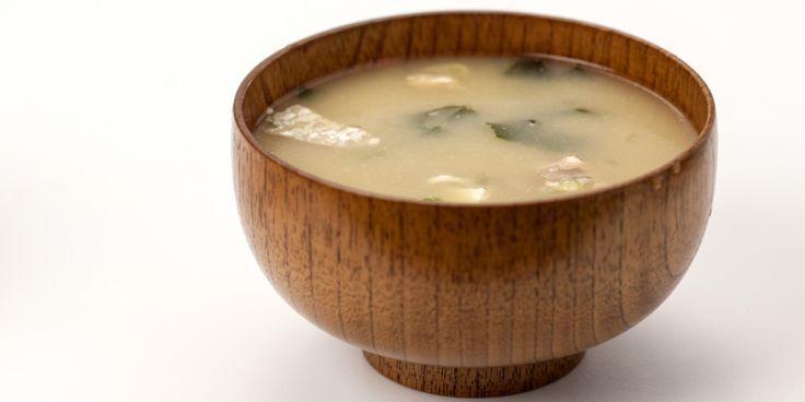 Deze zachte Japanse bouillon is gemaakt van gedroogd zeewier: kombu. Kombu is verkrijgbaar in de Aziatische toko.