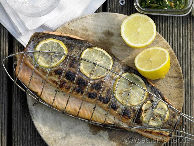 Gegrillte Lachsforelle - smarter - mit Minz-Pesto. Kalorien: 243 Kcal | Zeit: 40 min. #fish #barbecue