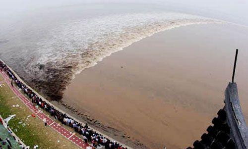 La ola gigante del río Qiantang en China. Qué es un bore. Ubicación, mapas, fotos y vídeos de la ola formada por la marea en el río y de los p...