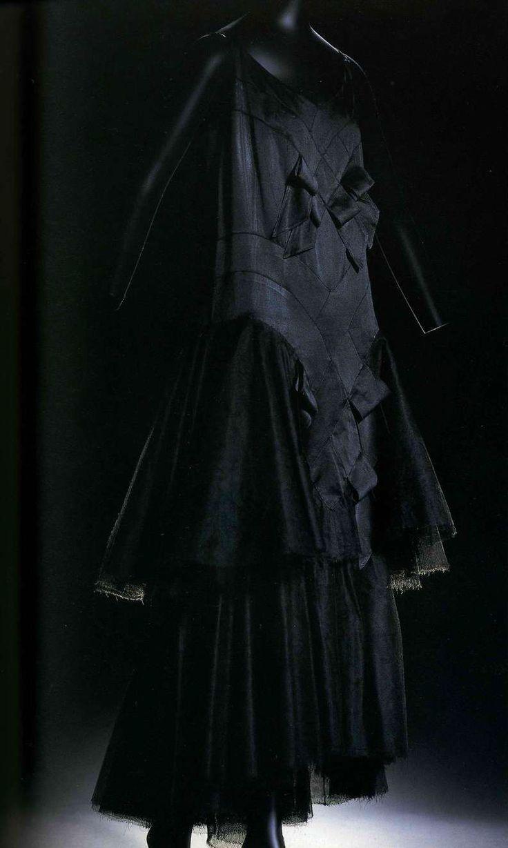 Платье. Габриэль Шанель, около 1928. Черный шелк шармёз, юбка из шелкового шифона и тюля.