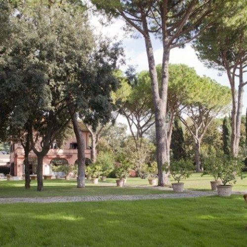italy4friends.it – СДЕРЖАННАЯ АРИСТОКРАТИЧНОСТЬ Вилла 18 века, окруженная вековым парком с кипарисовыми аллеями, соснами, розарием, оливковой рощей, садом с лимонами около бассейна. 6 спален, максимум 14 гостей