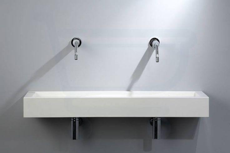 De QUADRO-seriebestaat uit vierkante en rechthoekige ontwerpen waarbij de vormen en het lijnenspel een gebalanceerd en uitdagend geheel vormen. De wastafels worden opgehangen met RVS muurbeugels, die vrijwel volledig onder de wastafel verdwijnen. Zo lijkt de wastafel als een puur brok steen uit de wand te komen. Het water vloeit via de naden op stijlvolle wijze weg. Alle accessoires zijn in RVS uitgevoerd.