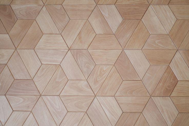 Płytki parkietowe Half-hex wykonane z drewna bukowego / Half-hex parquet tiles made of beech wood