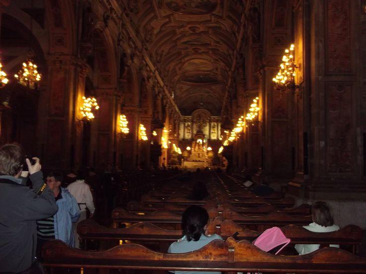 En la foto arriba es el interior de la Catedral de Santiago de Compostela. La Catedral de Santiago de Compostela es un templo de los católicos. La construcción empezó en el año 1075 y terminó en 1211;  ¡136 años después!