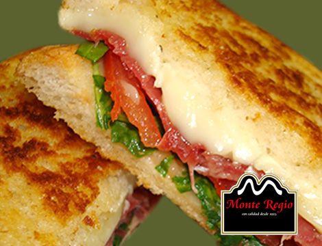 Sándwich de jamón ibérico #MonteRegio, queso brie y perejil ¿aún no lo has probado?