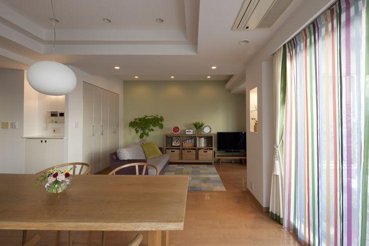 【#ミサワホームイングデザインリフォーム 】中古マンションの購入に合わせてリフォーム。温かみのある北欧家具が広々としたダイニングの主役です。一面だけ淡いグリーンの壁紙でアクセントウォールに。インテリアの仕上げはカラフルなストライプの窓掛でお部屋に彩りをプラス。 #リノベーション #リフォーム #リビングインテリア #リビング #インテリア #ミサワホームイング #yチェア #中古マンション #カーテン #マンションリフォーム #モザイクタイル#マンションインテリア #マンションリビング#ダイニング#マンションリノベーション#インテリアデザイン #インテリアコーディネート #ハンスjウェグナー #北欧インテリア #北欧家具 #中古住宅リフォーム #中古住宅リノベーション #中古を買ってリフォーム #中古を買ってリノベーション #intelimia