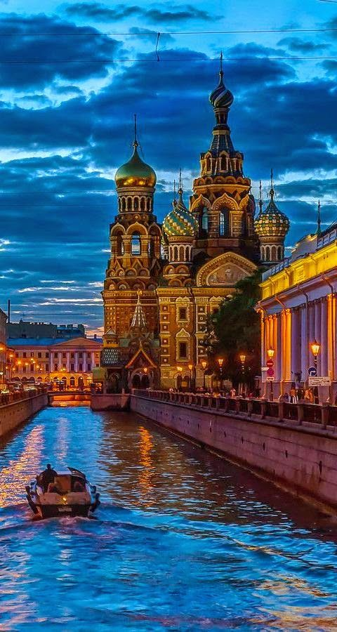 les couleurs qui font voyager, un brin exotique pour un pays pas si froid.... Sunset Church of Our Savior on The Spilled Blood, St. Petersburg, Russia