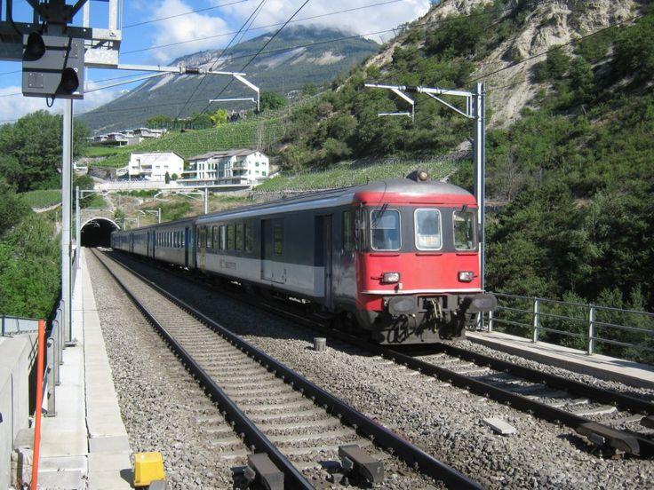 EW I/II Pendel (mit Re 4/4 II 11156) bei Durchfahrt in Leuk. Dieser Zug ist der Entlastungszug 30009 Sion-Brig-Domodossola zum EC 37 Genf-Milano. Ab Brig verkehrt der Zug weiter als IR 2809 nach Domodossola, 28.05.2011.