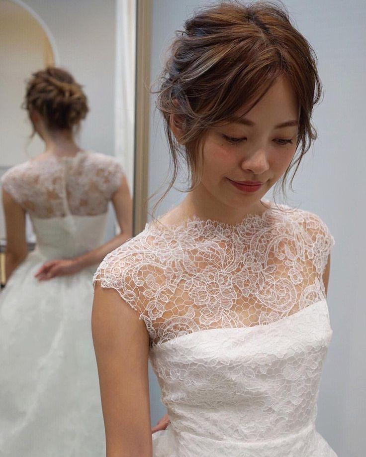 今年最後のヘアアレンジは嫁ちゃんの髪の毛で☺️ ROSA CLARAのドレスが素敵☺️ スペインのドレスブランドで質感、ファッション性にも長けてる素敵なドレス* このドレスには本当はベルトも付いててベルトを付けてもすごく素敵なんです 本当にいいものは花嫁様に実物を見て、着て、感じてもらいたい