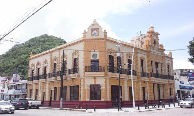 PALACIO MUNICIPAL DE CHAPALA -El Turismo es tan antiguo en Chapala Que en 1898 se construyó Un gran hotel, Que Ahora podras todavía Visitar, el MAS no hospedarte en EL. ACTUALMENTE ES EL Palacio Municipal  Chapala esta Realmente muy cerca de Guadalajara , a UNOS 40 Minutos, viaja en fin de semana y disfruta