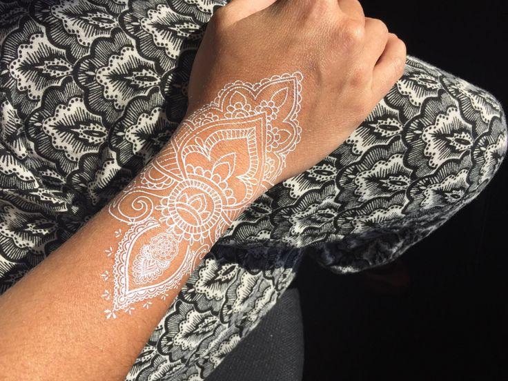 1 Blatt weiße Henna-Tattoos, Henna-Tattoos, weisse Spitzen-Tattoos, Tätowierungen, Tattoos Hochzeitssuite, Hochzeit Tattoos, weiße Harni Tattoo von LimeLightTattoos auf Etsy https://www.etsy.com/de/listing/243615189/1-blatt-weisse-henna-tattoos-henna