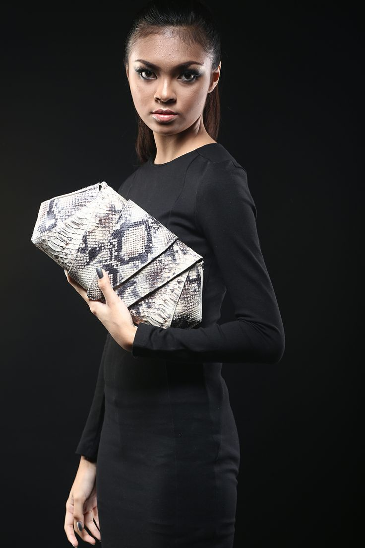 Ready to stun people at the party, or make other women envy or jealously pay attention what you have in your hand? First time people take a look on this roccia python clutch bag, they will think that this clutch bag is made from a real snake skin, while it is made from Italian cow leather. process it has perfect beautiful details of python snake's scale.