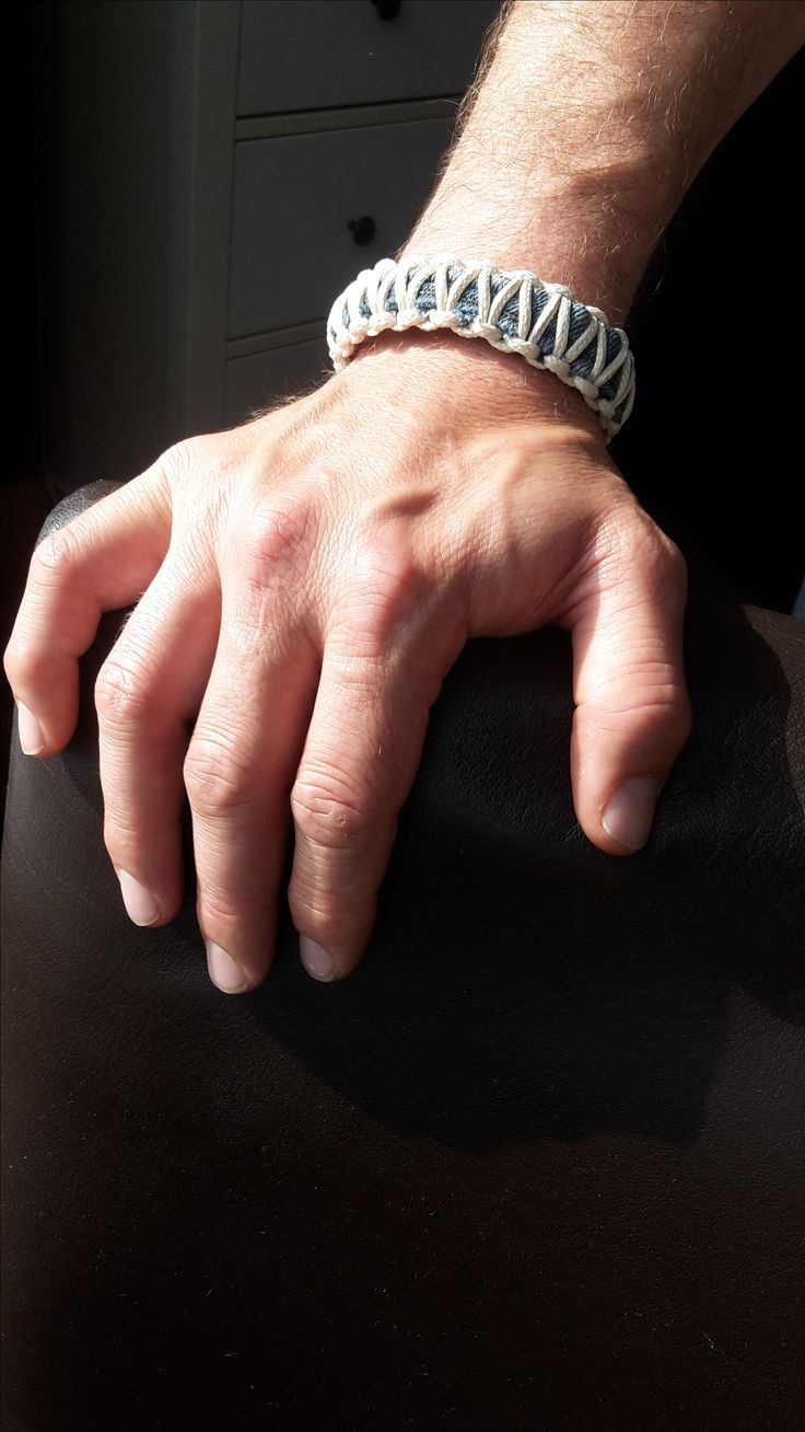 Ik vond een metalen clip op straat die ik wilde verwerken in een armband. Dit heb ik gedaan door middel van de zomen van een oude spijkerbroek (dit was ook bijna het enige bruikbare van de broek gezien het aantal gaten wat er in zat). Toen de clip goed zat vast gelijmd aan de jeans, ben ik er touw om heen gaan knopen.