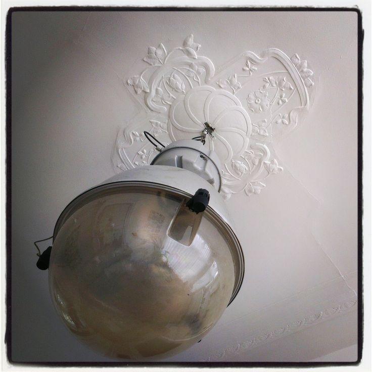 Visualivoelen - Lamp met ornament in mijn huis. De lamp komt uit een chocoladefabriek in Antwerpen.