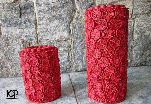 Вазы сделаны из картонных труб, листов журнала и фасоли