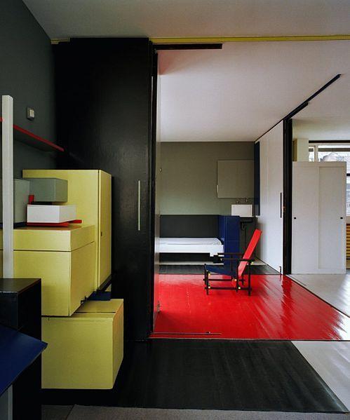 Rietveld-Schröderhuis. Interieur, bovenverdieping. zicht op de kamer van de zoon, vanuit de woon-eethoek. Links de stapelkast.