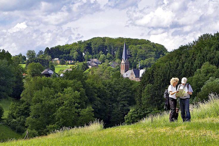 Wandelen in de herfst in één van de mooiste wandelregio's van Duitsland. Als de wijngaarden kleuren en de dorpen wijnfeesten vieren. Waar de bossen kleuren, de paddenstoelen uit de grond schieten en waar je de herfst letterlijk kunt opsnuiven. Met gemiddeld een halve dag rijden zit je er al. Hieronder de 18 mooiste wandelregio's op →