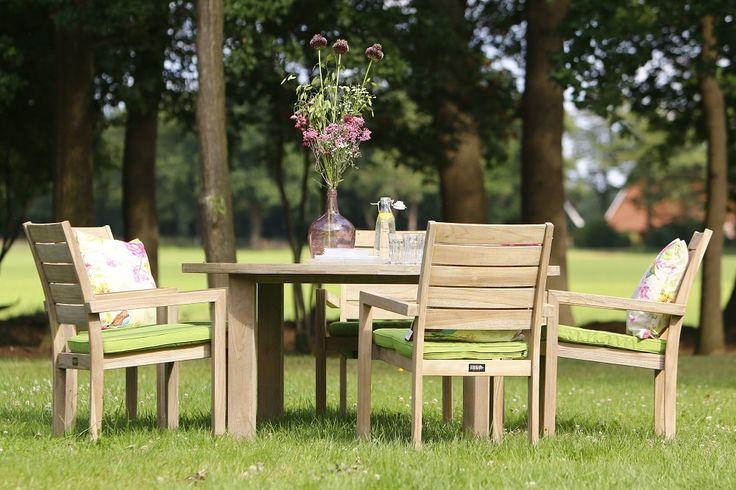 Gartenmöbel Set Aus Teakholz Und Dekorativen Dekokissen #gartenmöbel  #gartenmöbelset #holz