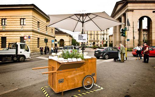 CARRETTI DA STRADA | ESTERNI | Carretti in legno su ruote, dotati di ombrellone, alimentatore a batteria e ripiani speciali, multifunzionali e adattabili ad ogni contesto urbano. Adatti per feste di piazza, mercati grandi e piccoli, rinfreschi estemporanei.