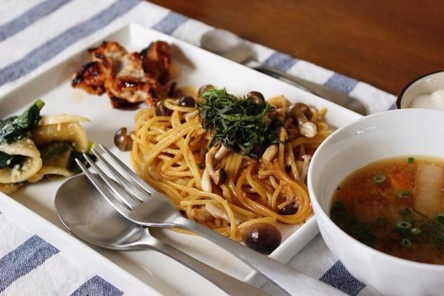 キノコの和風パスタ(パンと発酵教室〔こ・むぎ〕)のレシピです。和風パスタです。 材料:スパゲッティ、しめじ、塩、甘酒醤油(甘酒と醤油同量)、塩麹にんにくオイル、黒こしょう、紫蘇の葉