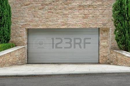garáž: Automatická elektrická Roll-up Komerční garážová vrata nebo push-up dveře v moderní budova Přízemí