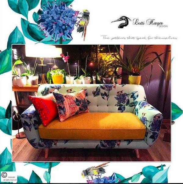 sofa in Scabiosa/Coca, more photos coming/llegada nocturna de anoche, sofá en Scabiosa/Coca, más fotos llegarán #lottihaeger #art #architecture #arquitectura #color #colour #colorful #decor #design #designer #decorating #decoration #elegant #fabric #fabricdesigner #home #home #homedecor #homedesign #interior #interiordesign #inredning #pattern #tropical #textiles #sofa