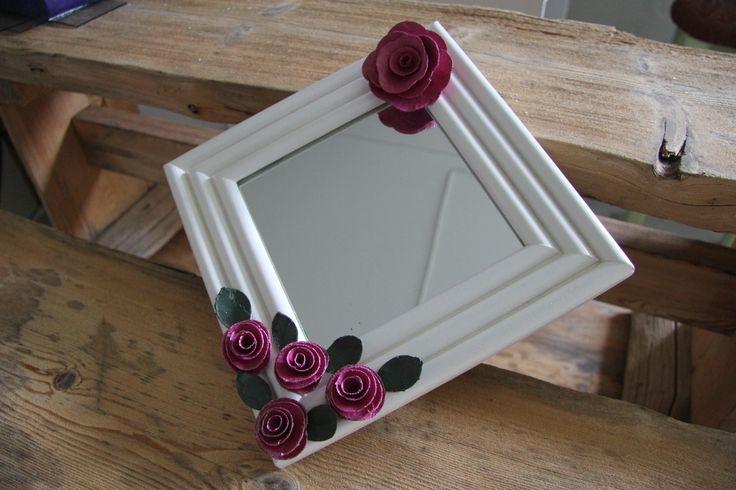 Tummemmilla kukilla koristeltu peilitaulu, jota voi käyttää näinpäin tai sitten vaakatasossa.