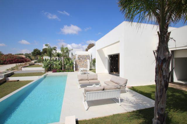 Luxueuze villa's gebouwd op Las Collinas in Campoamor. Deze villas hebben 4 slaapkamers en 3 badkamers + gastentoilet. Meer info op onze website: http://www.newvillasinspain.com/nl/woningen/las-colinas-golf/villas-in-las-colinas-golf-34.html