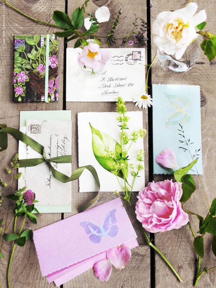 Känslan av att få ett personligt och handskrivet brev på posten är härligt sommarlovspirrig, även för alla vuxna vänner. KÄRESTA kort med kuvert i rosa, grön och blå med fjärilsmotiv, spara dina brevbuntar med fina KÄRESTA band.
