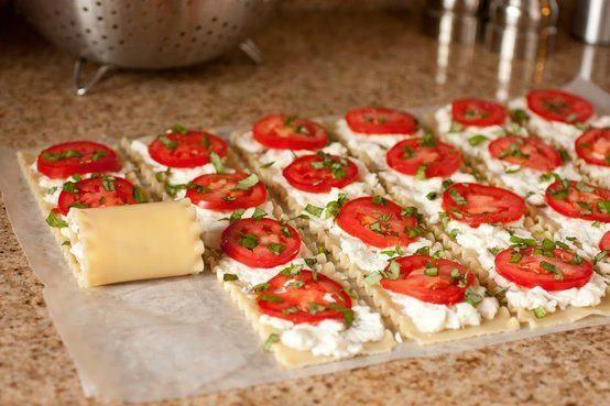 Sýrové roládky * sýr, libovolná pomazánka, rajčata a bylinky.