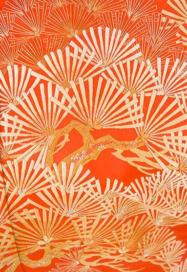金銀松樹松葉散らし図総刺繍打掛 [きんぎんしょうじゅまつばちらしず そうししゅううちかけ]