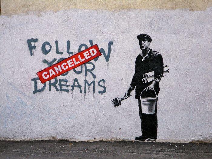 Banksy, como é conhecido, é um famoso artista de rua britânico. Ele é grafiteiro, pintor, ativista político e diretor de cinema inglês. Seus trabalhos podem ser encontrados facilmente em ruas, muros ou pontes por todo o mundo.