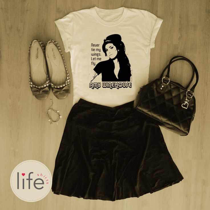"Look Life Amy Winehouse! Camiseta personalizada de música da cantora de rock, soul, blues, jazz... ""Never tie my wings. Let me fly"". T-shirt exclusiva!"
