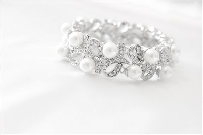 CAD$39.00 - This beautiful, simple and delicate bridal bracelet is made with clear rhinestones sarounded with beautiful pearls. Perfect for a special occasion or to a add something lovely to your party attire. Karmabridal.com