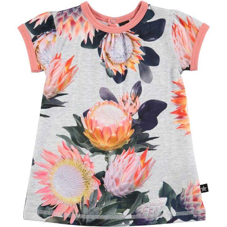 Om verliefd op te worden deze Molo jurk Cathleen . Wat een prachtige bloemen print met vrolijke kleurtjes. Het jurkje is bij de hals afgezet met roze.