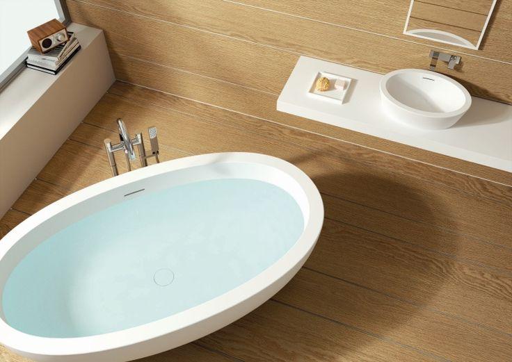 Pavimento e parete in legno per questa splendida #vasca ovale. Un #bagno dal #design caldo ed accogliente - www.gasparinionline.it #bathroom #interiors #casadolcecasa