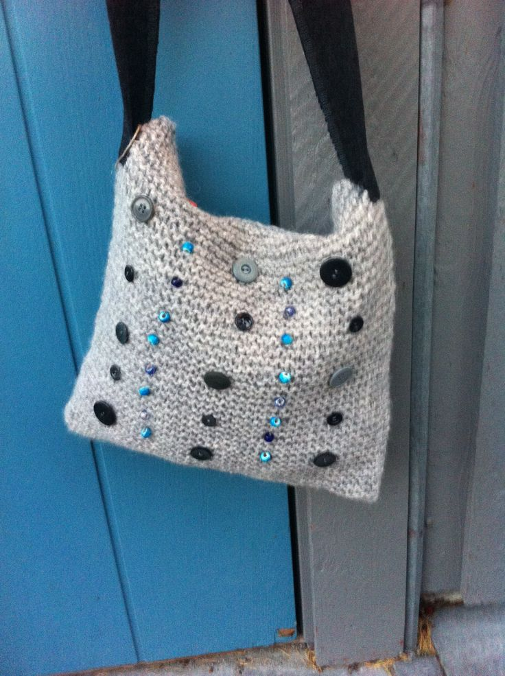 Hand knitted bag with button decor. http://epla.no/handlaget/produkter/739246/