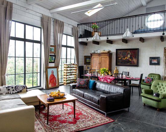 Дом спроектирован для художника-монументалиста Дмитрия Холкина.Основной задачей было гармонично вписаться в существующий ландшафт, совместить в проекте жилой дом и мастерскую, поэтому было решено