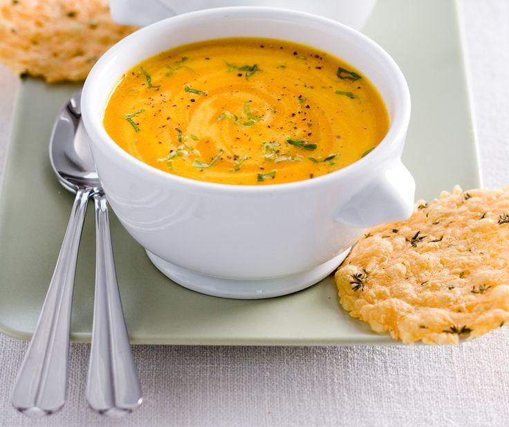 Voor deze paprikasoep kun je ook de bouillon zelf maken. Daar wordt dit recept voor paprikasoep met kaaskletskoppen nóg lekkerder van, al is het wel ietsje meer werk. Bak de sjalot en paprika ongeveer 6 tot 8 minuten in de olie. Voeg de tomaten, tijm, laurier en bouillon toe en kook alles ongeveer 20 minuten op zacht vuur tot de groenten zacht zijn. Maak ondertussen de kaaskletskoppen. Meng 125 gram geraspte oude boerenkaas met 1 theelepel gedroogde tijmblaadjes. Leg op ruime afstand van ...