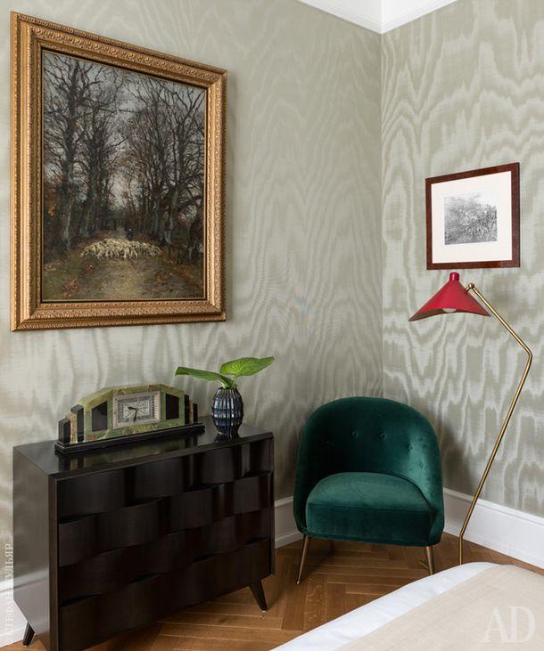 Спальня хозяев замыкает анфиладу. На стенах — шелковые обои Dedar. Датский комод 1960-х годов сделан из пальмового дерева. Кресло, Brabbu. Французские часы, ар‑деко, 1930-е годы, галерея Transatlantique.