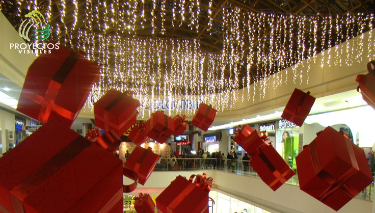 Decoración de navidad interiores. Decoración e iluminación de vacíos en centro comerciales.