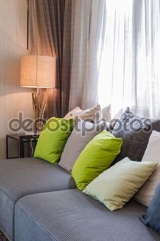 Grijze bank met groene kussens in woonkamer thuis — Stockbeeld #61707629