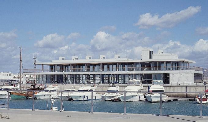 Edificio de servicios en el Puerto de Barbate    Estudio Enrique Abascal > http://www.galarq.com/gl/edificio-de-servicios-en-el-puerto-de-barbate/