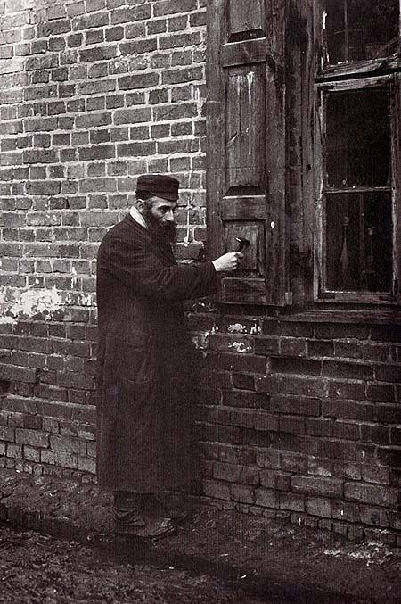 """Byale (Biała Podlaska, Lublin province), 1926. Azrielke, the Shabes-klaper. On Friday evenings he knocks on the shutters, announcing the beginning of the Sabbath."" Photo by Alter Kacyzne."