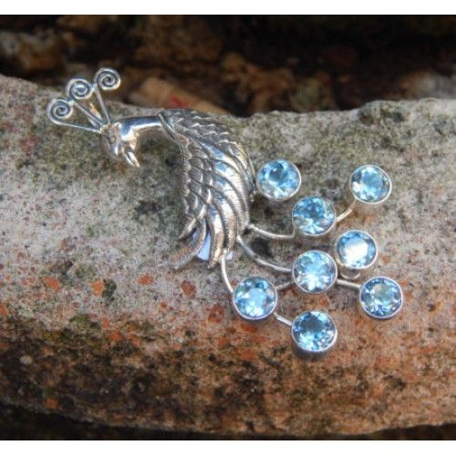 Liontin perak motif burung merak batu blue topaz  Dimensi: 59x23x5mm  Bahan: Perak 925  Cocok digunakan sehari hari, Liontin perak asli buatan pengrajin dari Bali.  Atau juga bisa untuk dijadikan sebagai hadiah.